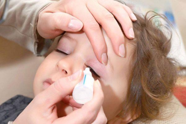 احمرار العيون عند الاطفال: اسباب وعلاجات