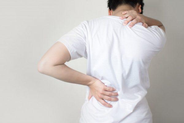آلام أعلى الظهر: أسباب وعلاجات